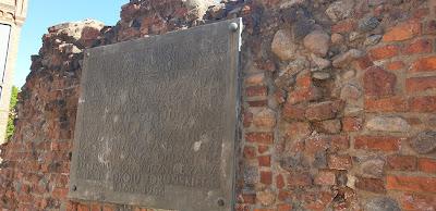 Ruiny zamek Krzyżacki w Toruniu tablica pamiątkowa