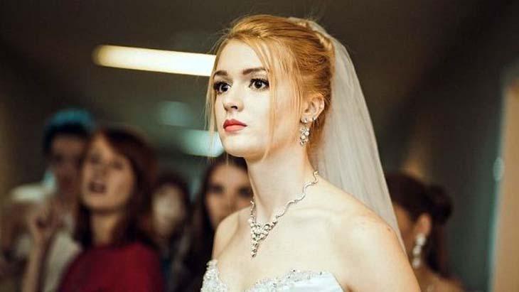 Alisa Manyonok mengenakan gaun putih
