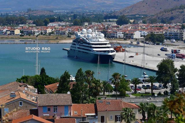 """Μια θαλάσσια """"βουκαμβίλια"""" έδεσε στο λιμάνι του Ναυπλίου"""