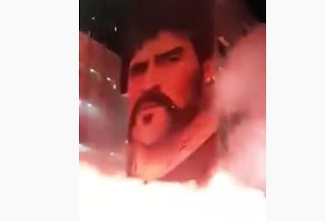 """Μαραντόνα: Η Νάπολη θρηνεί και """"καίγεται""""! Καπνογόνα μπροστά από τη μορφή του Ντιέγκο (video)"""
