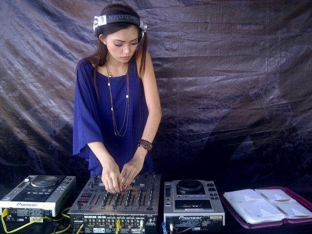 Foto DJ Rineez Devi Seksi dan montok