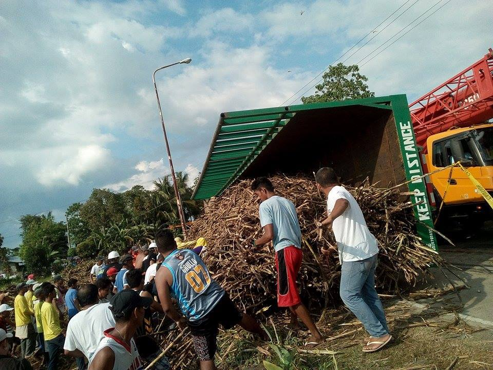 Family of 4 killed after 10-wheeler sugar cane truck falls on car