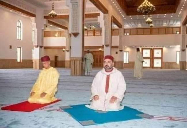 صورة جديدة للملك محمد السادس نصره الله و ولي عهده داخل أحد المساجد