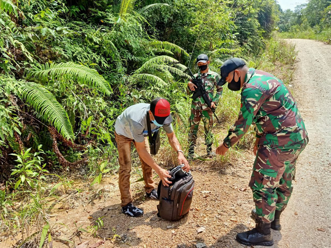 TNI Amankan Puluhan Orang PMI dan Miras Ilegal di Perbatasan RI - Malaysia