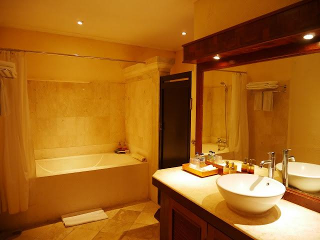 Kamar mandi Deluxe Bungalow Hotel Vila Lumbung