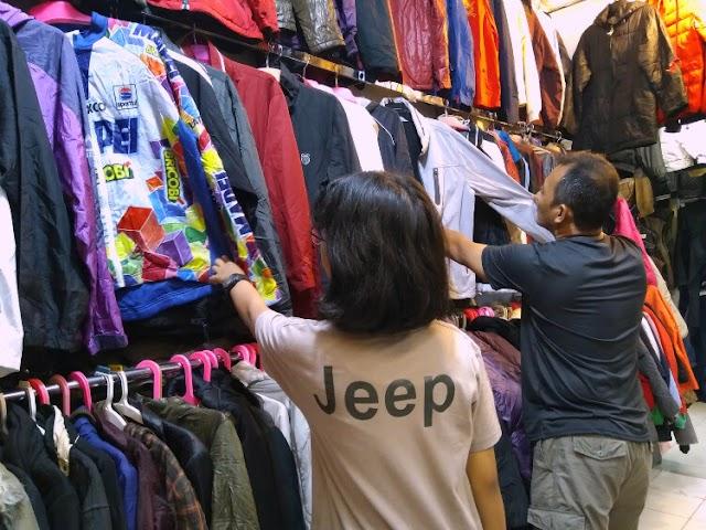 Belanja Baju Bekas di Pasar Senen Blok III, Jakarta Pusat