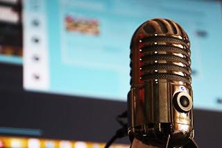 jatuh cinta mendengar podcast