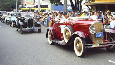 Parade mobil klasik pada Festival Bunga Medellin Kolombia