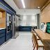 Cozinha contemporânea branca, azul e amadeirada com bancada de refeição e teto decorado!
