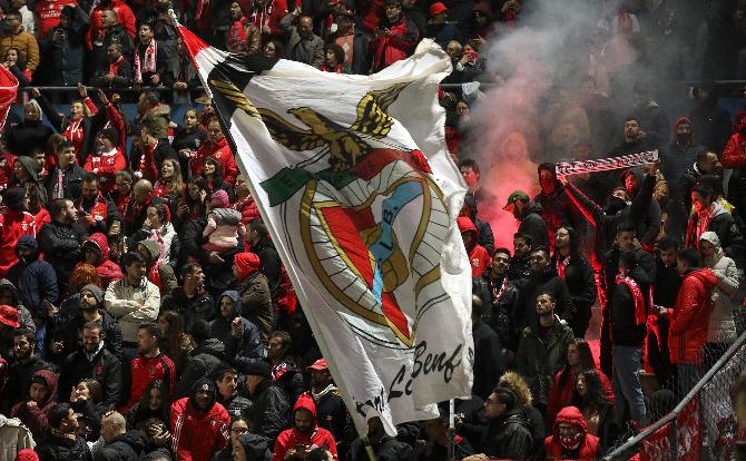 Bandeira do Benfica e adeptos