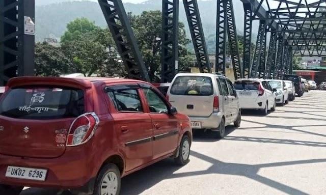 सरयू पुल को बना डाला पार्किंग, पुल के लिए खतरा