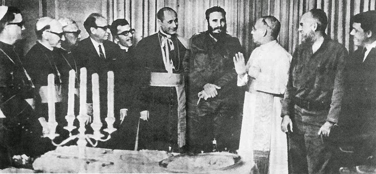 Mons. Cesar Zacchi recepciona Fidel Castro no Palácio da Nunciatura em Havana. Presentes Mons. Clarizio delegado Apostólico no Canadá (batina branca) e bispos cubanos.