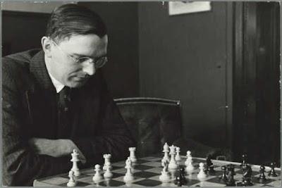 « La stratégie requiert de la réflexion, la tactique requiert de l'observation. » selon Max Euwe (1901-1981)