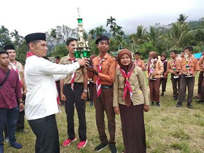 Kadis Pendidikan dan kebudayaan Menyerahkan Piala Juara Umum Kompetisi Penggalang 2019