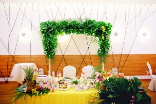 Оформление президиума тропической свадьбы