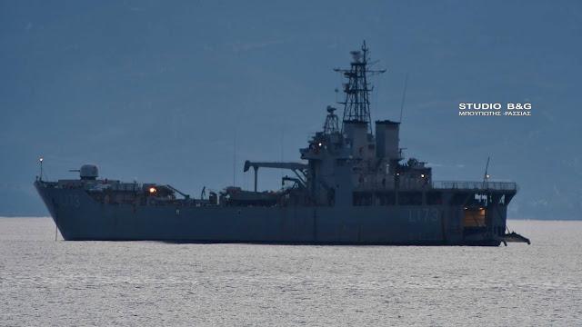 """Το αρματαγωγό """"Χίος"""" του Πολεμικού Ναυτικού στο Ναύπλιο (βίντεο)"""
