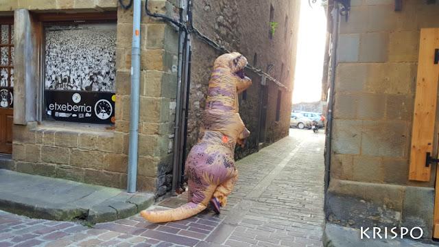 T-rex paseando en hondarribia