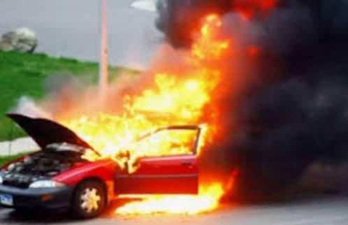 شخص يشعل النيران في سيارة مواطن بأخميم في سوهاج