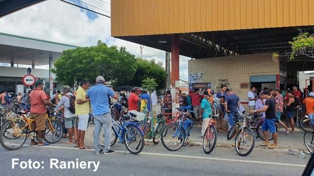 Alguns pataoenses vão as compras e trocas, mesmo contra recomendações das autoridades
