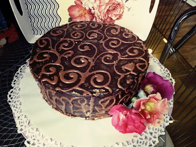 Tort czekoladowo orzechowy tort w czekoladzie tort z orzechami tort z galaretka tort z czekolada tort na rocznice slubu tort urodzinowy