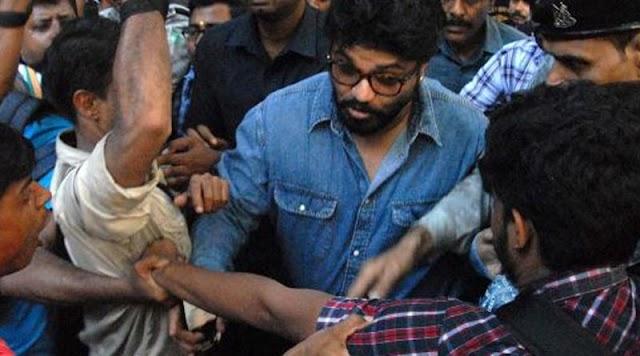 যাদবপুরে প্রবল বিক্ষোভের সামনে বাবুল সুপ্রিয়, উঠল ''গো ব্যাক'' ধ্বনি