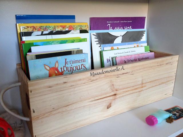 Bibliothèque enfant - Livres rangés dans une caisse de vin