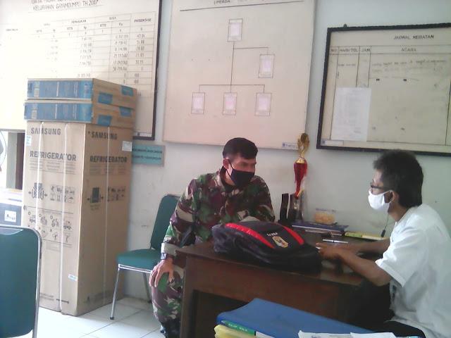 KodimKaranganyar - Cegah Covid-19, Babinsa Gayamdompo Laksanakan Komsos di Kantor Kelurahan