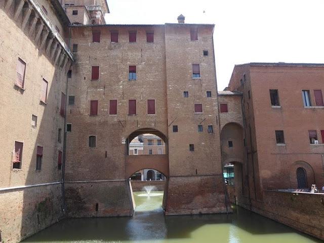 fossato del castello estense