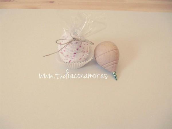 Un detalle bonito, original y con encanto, hecho a mano. Peonza decorada estilo cupcake, el recuerdo ideal para los niños