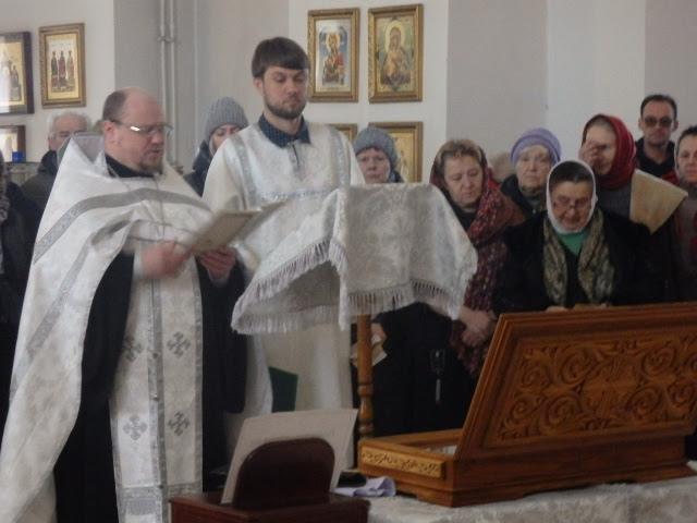 Молебен перед мощами Серафима Саровского