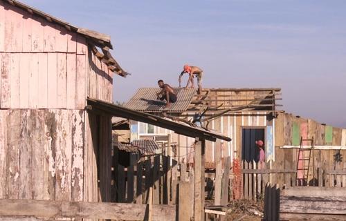 Reintegração de posse retira 30 pessoas de terreno ocupado na área urbana de Ariquemes