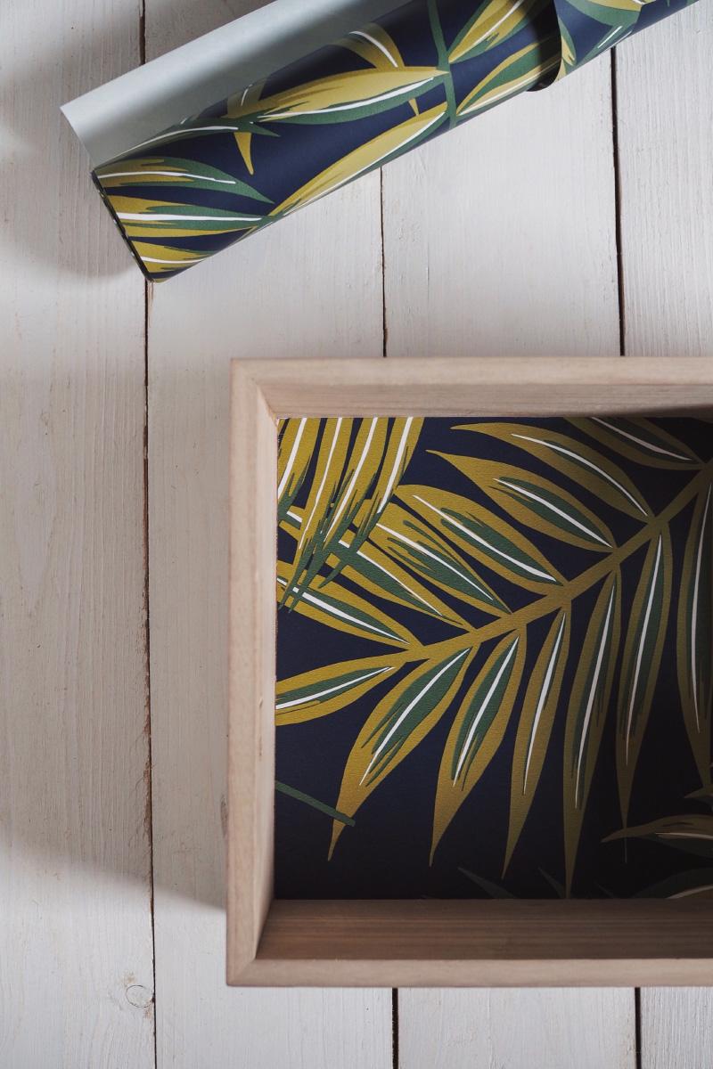 Tutoriel : habiller l'intérieur d'une caisse en bois avec du papier peint