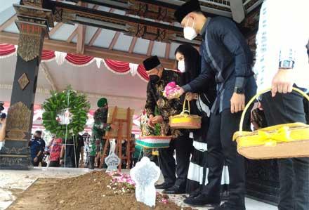 Keluarga SBY saat pemakaman Almarhumah Ibu Ageng