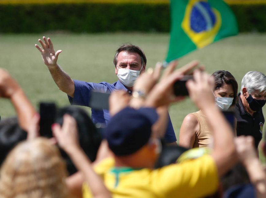 Bolsonaro fez 66 anos neste domingo, 21 de Março de 2021, apoiadores em todo Brasil o parabenizou pelo seu aniversário, em Brasília no Palácio da Alvorada milhares de pessoas fez questão de felicitá-lo pelos seu aniversário de 66 anos.