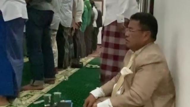 Pelayat Gus Sholah Salat Zuhur, Hotman Diminta Kiai Makan di Saf Belakang