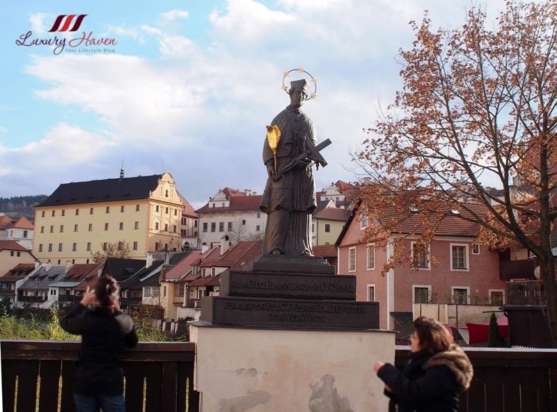 cesky krumlov lazebnicky bridge john nepomuk statue