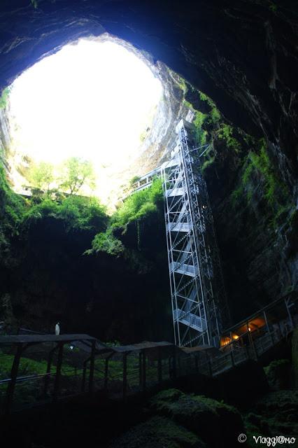 La cavità e l'ascensore che conducono alle Gouffre de Padirac