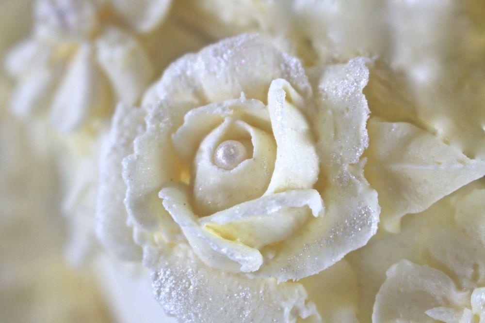 Rose aus Buttercreme - Frozen Torte zum Geburtstag