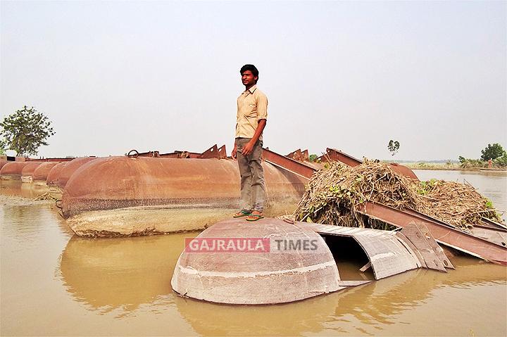 गंगा के खादर के डेढ़ दर्जन गांव बाढ़ में घिरे
