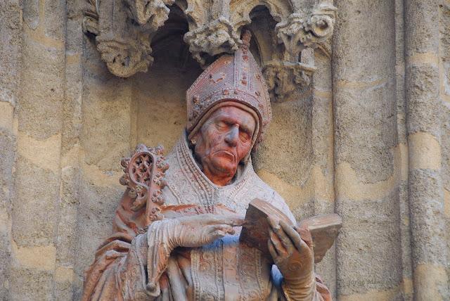 Estatua de San Isidoro, Isidorus Hispalensis, en la puerta del Bautismo Catedral de Sevilla obra de Lorenzo Mercadante de Bretaña.
