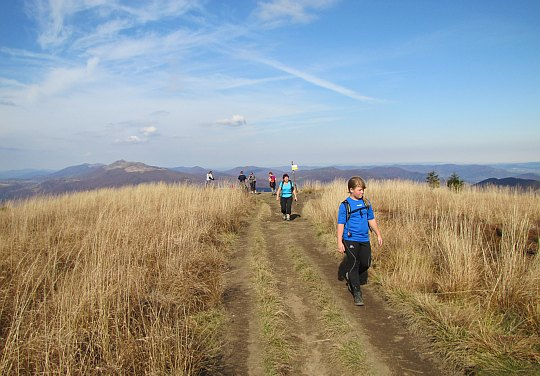 Ścieżka łagodnie schodzi na płytką przełęcz.