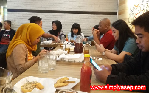 HANG OUT :  Serunya DINE-IN di Pizza Hut lantai 2 Mega Mall, kawan kawan Blogger dan Jurnalis asyik dengan gadgetnya sambil menunggu menu menu disajikan di meja  Foto Asep Haryono