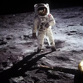 humans-walking-on-the-moon