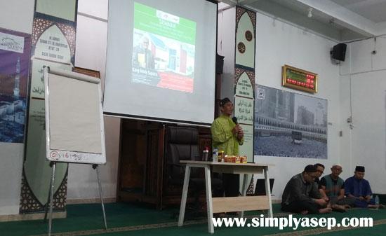 Toya H Muhammad Nur Hasan  saat memberikan pengantar Seminar Rendy Saputra di Masjid Kapall Serdam Jumat (5/6)  Foto Asep Haryono