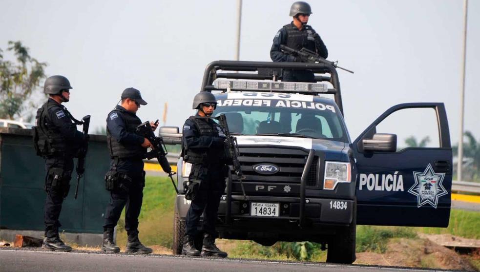 Sicarios emboscan a policías federales; hay uno grave