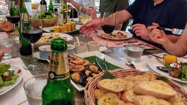 別墅內的晚餐,酒精飲料不可少