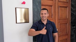 Ο Κασιδιάρης έβγαλε φωτογραφία με κόκκινο λαμπάκι μέσα στη Βουλή