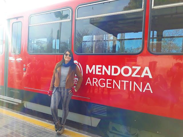 mulher em frente a um trem de mendoza
