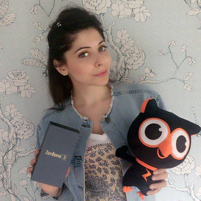 ASUS Zenfone 3 - The crown princess of Bollywood music, Kanika Kapoor is all impressed with the incredible ASUS ZenFone 3