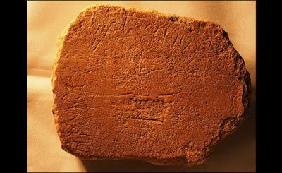 La carta de piedra con inscripciones en las losas de piedra de Egipto, incluyendo este espécimen que data de hace casi 3.500 años y contienen alfabeto más antiguo del mundo, que un investigador argumenta ahora era una forma temprana de hebreo. Nuevas traducciones de estas inscripciones contienen referencias a figuras de la Biblia, entre ellos Moisés.